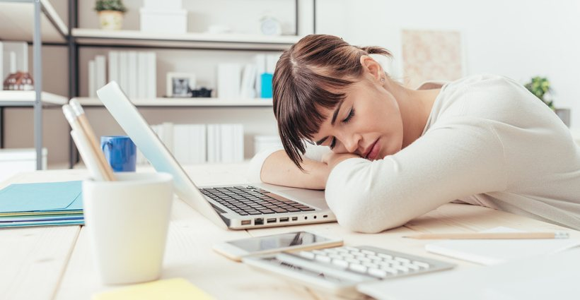 Femme dormant au bureau