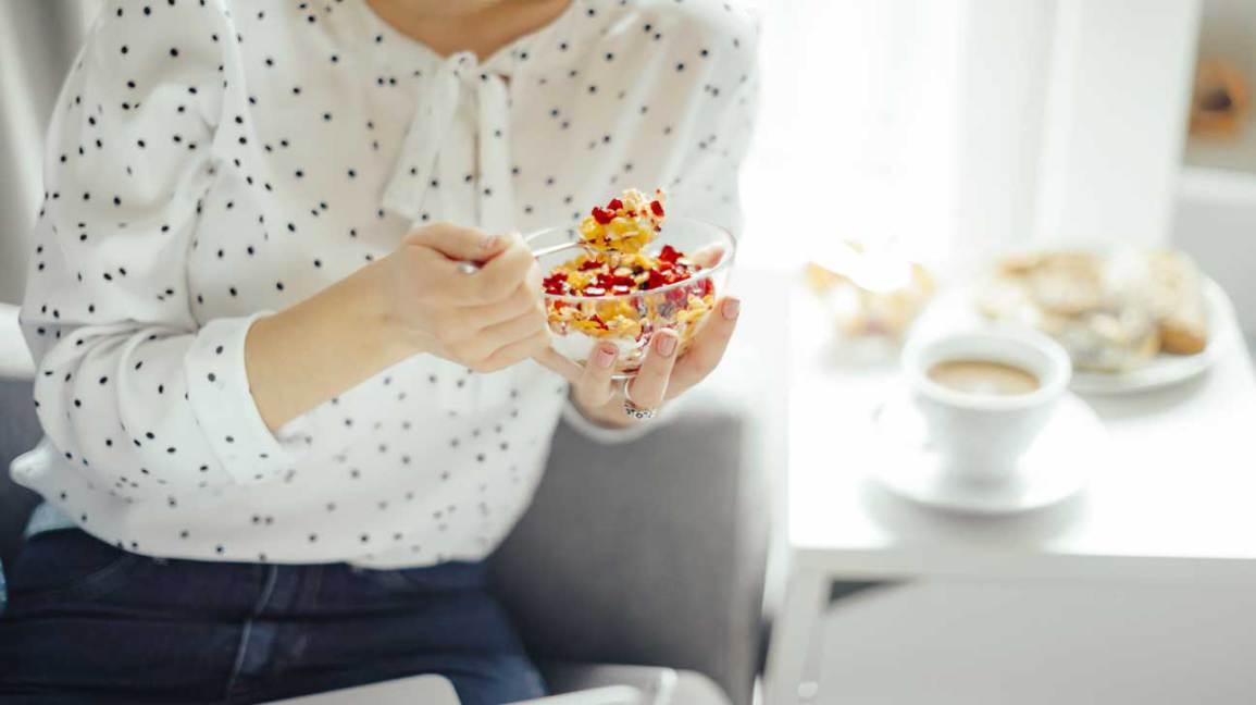 Femme mangeant des céréales