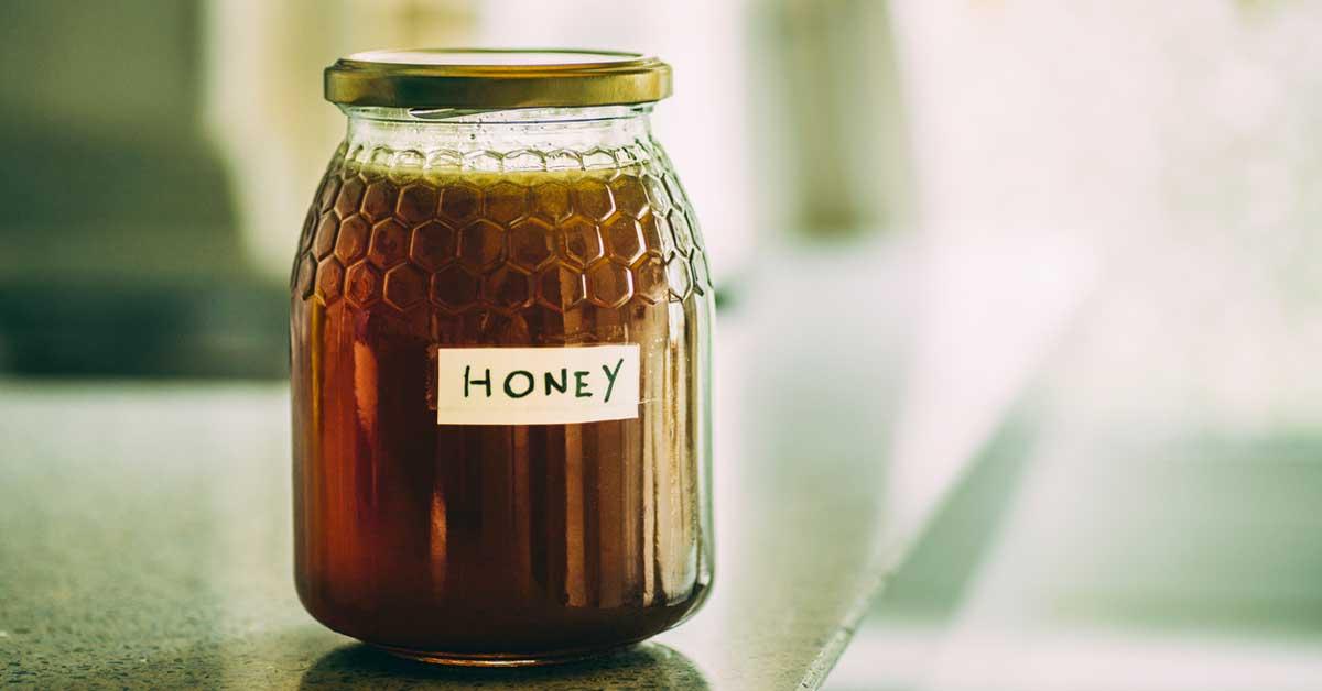 Tout sur le miel brut: en quoi est-il différent du miel ordinaire?