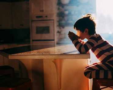 Les produits chimiques industriels courants peuvent rendre les aliments dangereux pour les enfants