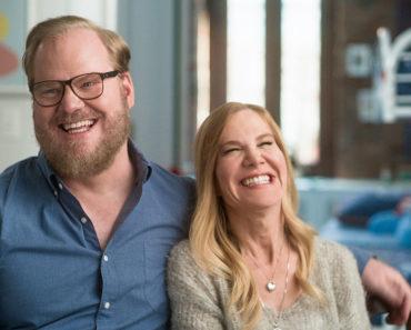 Le comédien Jim Gaffigan se préoccupe sérieusement de prendre soin de sa femme après le diagnostic de sa tumeur cérébrale