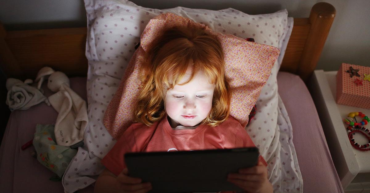 Plus de 2 heures d'écran peuvent affecter le cerveau des enfants