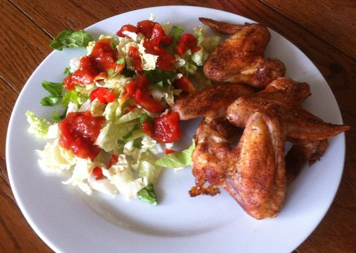 Ailes de poulet grillées avec salade