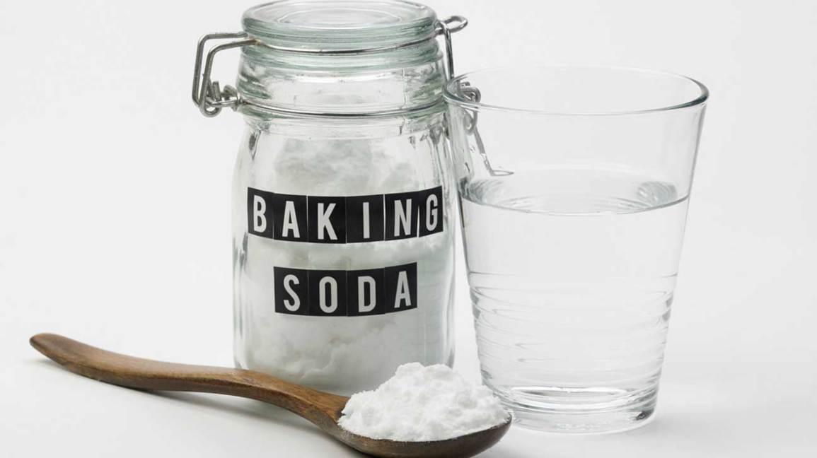 Bicarbonate de soude, eau et cuillère en bois