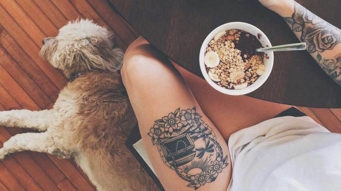 Femme mangeant un chien relaxant