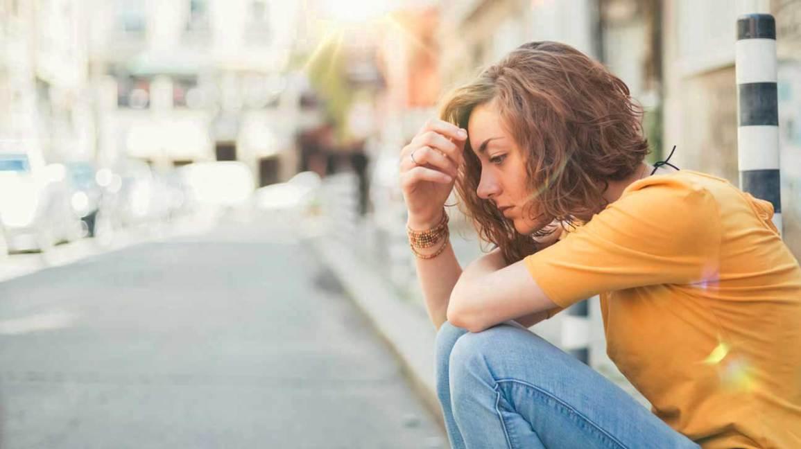 Jeune femme se sentant engourdie et faible