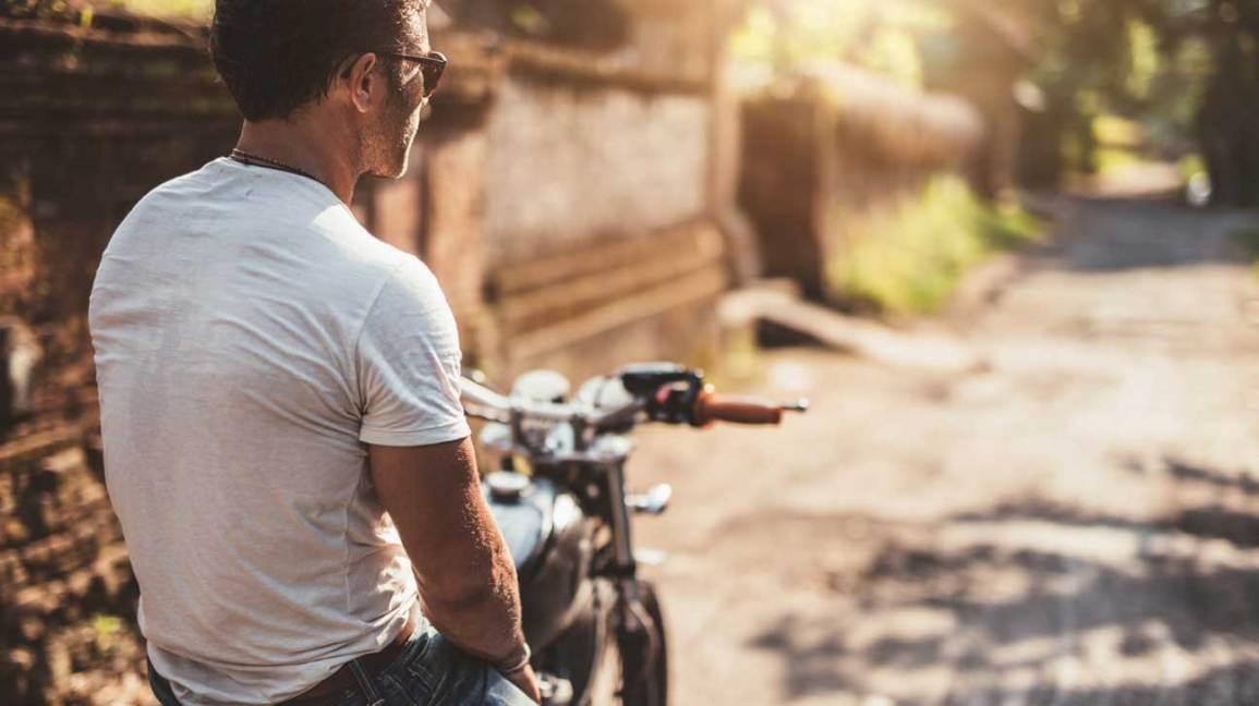 Homme assis sur une moto