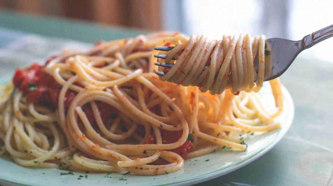 Spaghetti sur une assiette et une fourchette