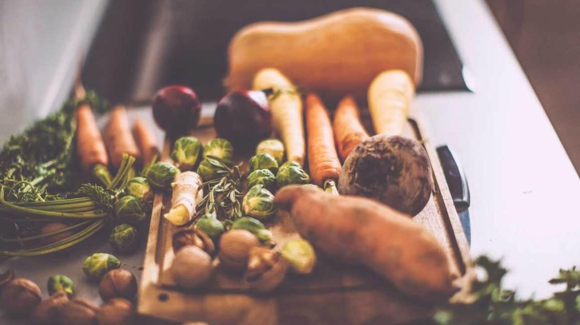 Variété de légumes sur une planche à découper