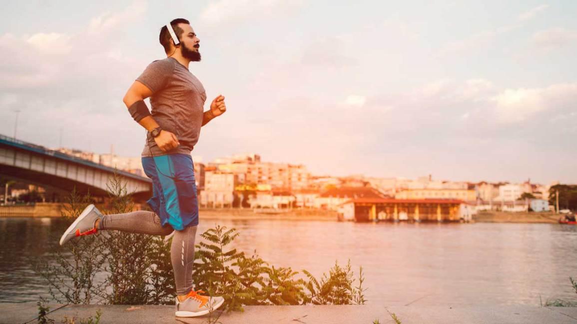 Homme jogging en ville