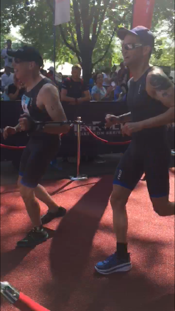Tom et Max terminent le triathlon