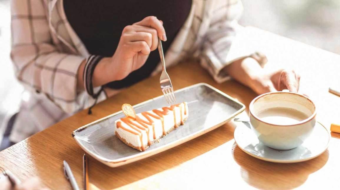 Femme mangeant cheesecake