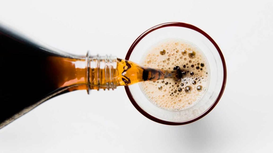 Soda verser dans le verre