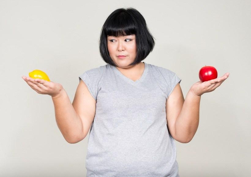 Asiatique, femme, pomme citron