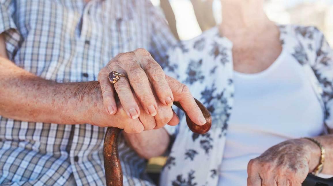 Mains de couple de personnes âgées