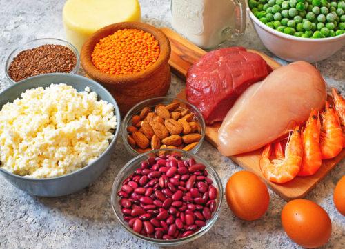 Sources de protéines végétales et animales - haricots au fromage de poulet, noix, œufs, bœuf, crevettes, pois - perte de poids malsaine
