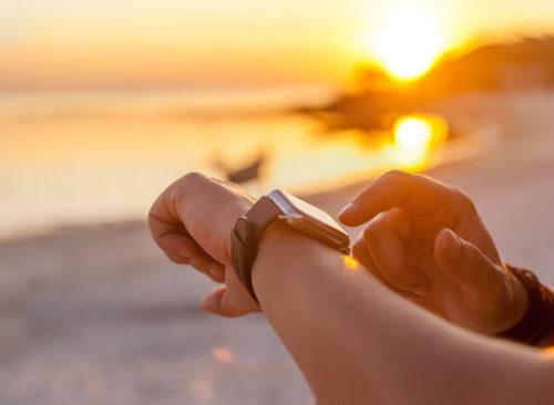 Regarder la montre pendant l'exercice sur la plage - Perte de poids malsaine
