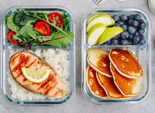 Préparation de repas petit déjeuner déjeuner dîner salade de saumon crêpes fruits - perte de poids malsaine