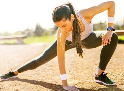Femme qui s'étend avant une course - perte de poids malsaine