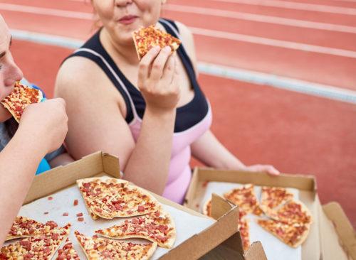 manger de la pizza de malbouffe après l'entraînement - perte de poids malsaine
