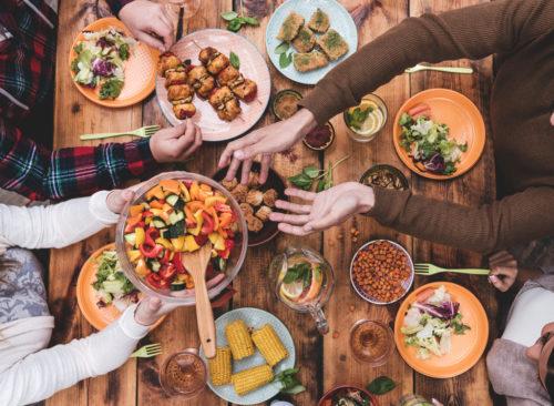 Amis en passant par la nourriture