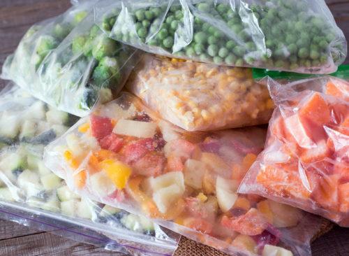 légumes congelés séparés dans des sacs