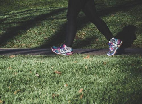 Femme qui marche dans le parc