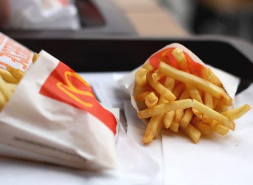 Deux sacs de frites McDonalds