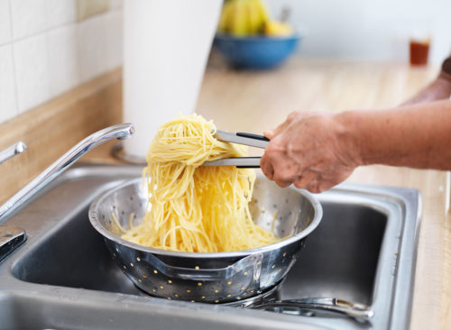 boucle de pâtes dans l'évier