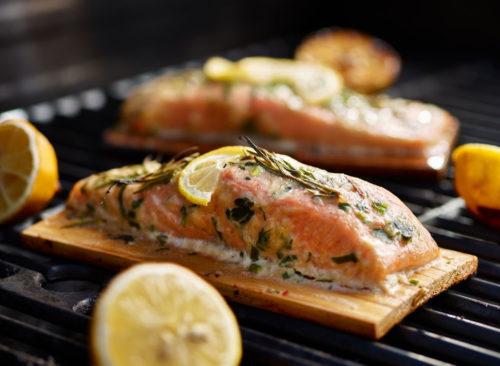 Planche de cèdre poisson saumon grillé