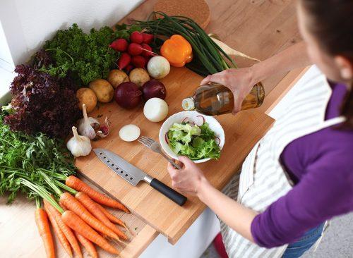 Femme faisant la salade