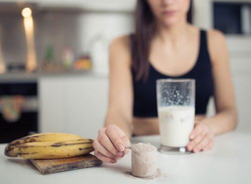 Femme avec shake protéiné