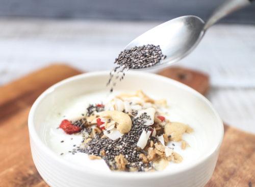 Verser les graines de chia sur le yaourt