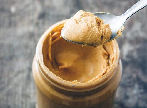 Une cuillère de beurre d'arachide
