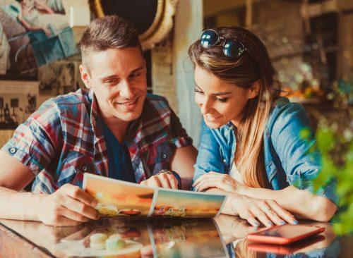 Couple, lecture, menu restaurant