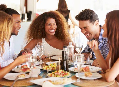 amis mangent au restaurant