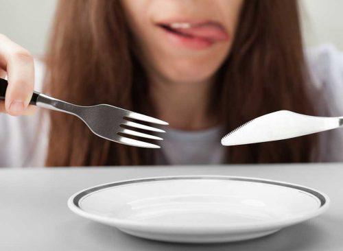 Plaque vierge couteau fourche femme affamée