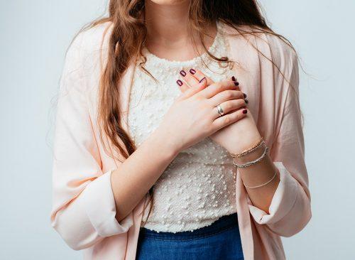 Jeune femme serrant la poitrine
