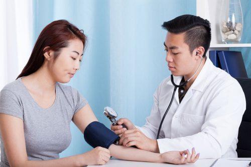 Femme vérifie sa tension artérielle
