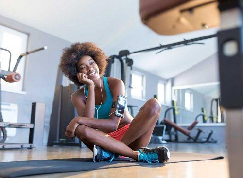 Femme heureuse dans la salle de gym