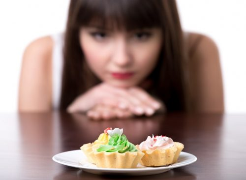 Femme, regarder, cupcakes