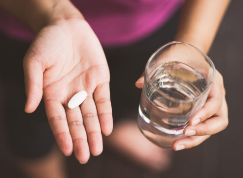 Femme prenant pilule