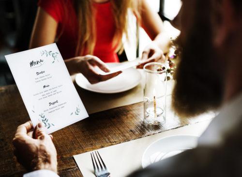 Homme lisant le menu du dîner
