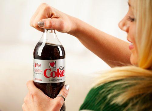 Femme buvant du Coca-Cola