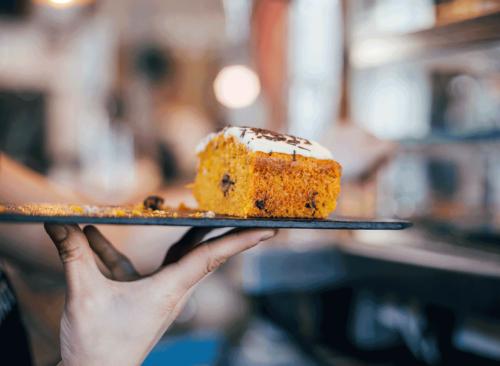 Serveur portant le plateau de desserts d'une main