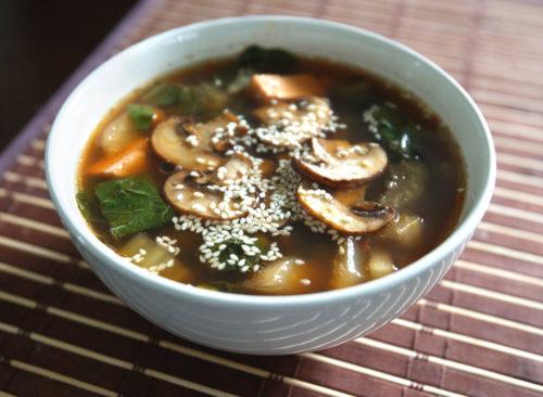 Soupe miso au tofu aux champignons et au bok choy