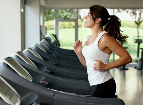 Femme qui court sur tapis roulant - comment vaincre le plateau de perte de poids