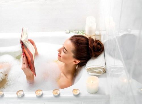 Femme lisant dans une salle de bain - Comment vaincre le plateau de perte de poids
