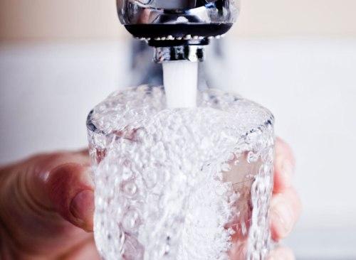 Robinet remplissant le verre d'eau