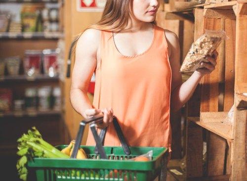 Femme lisant l'étiquette nutritionnelle sur le granola